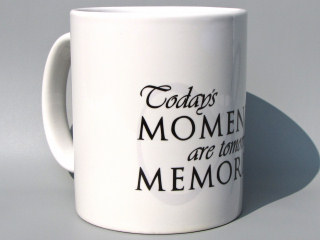 Vit keramikmugg/Svart/Mellangrått tryck i kategori Kloka ord: Todays moments